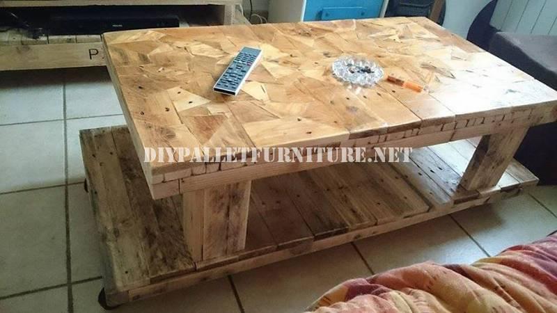 Table construit avec des pièces en bois 1