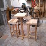 Tabourets de bar et table construits avec des palettes