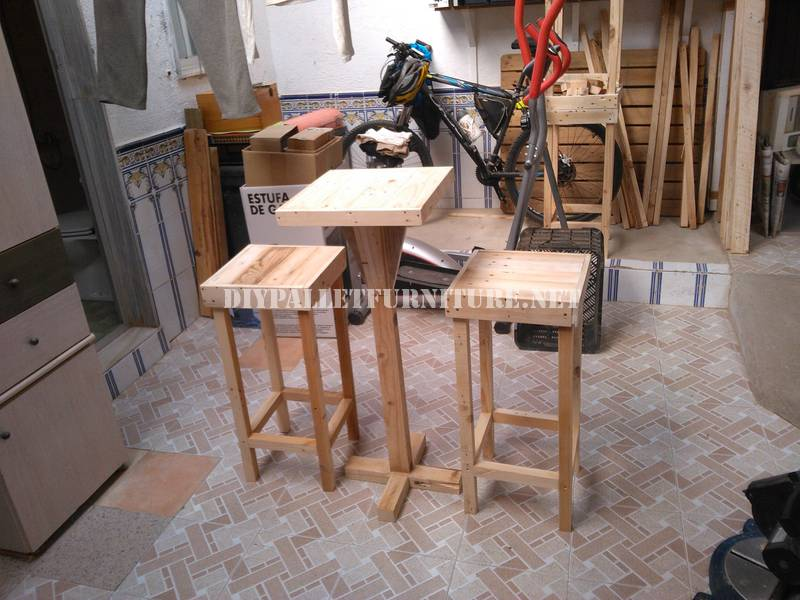 Tabourets de bar et table construits avec des for Table bar avec tabouret