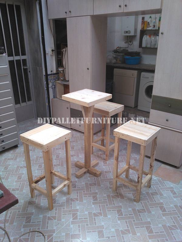 Tabourets de bar et table construits avec des palettes 2