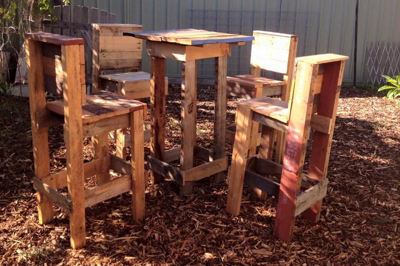 4 tabourets et une table haute avec des palettes 1meuble en palette meuble en palette. Black Bedroom Furniture Sets. Home Design Ideas