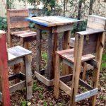 4 tabourets et une table haute avec des palettes
