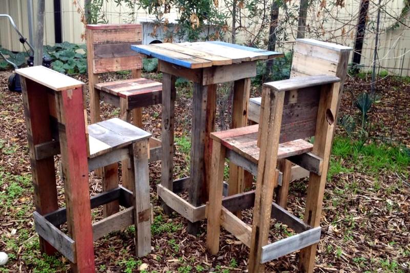 4 tabourets et une table haute avec des palettes 2