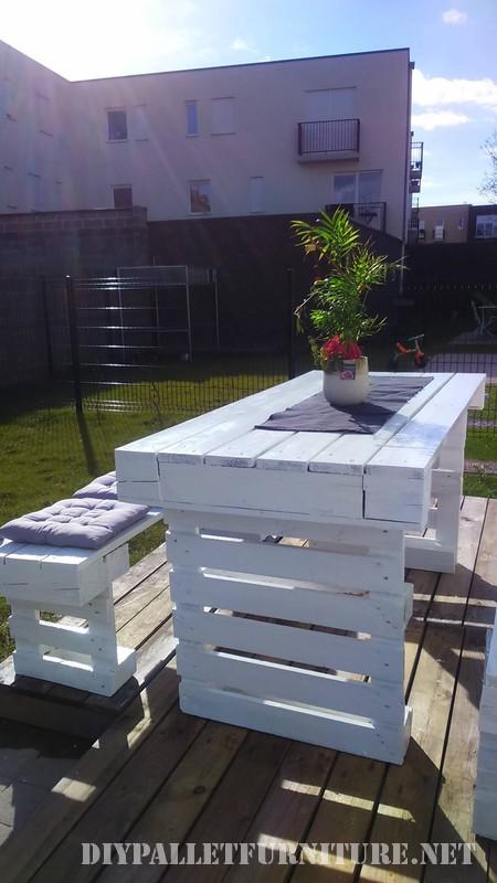 Bricolage avec palettes pour des bancs de jardin et une table 2