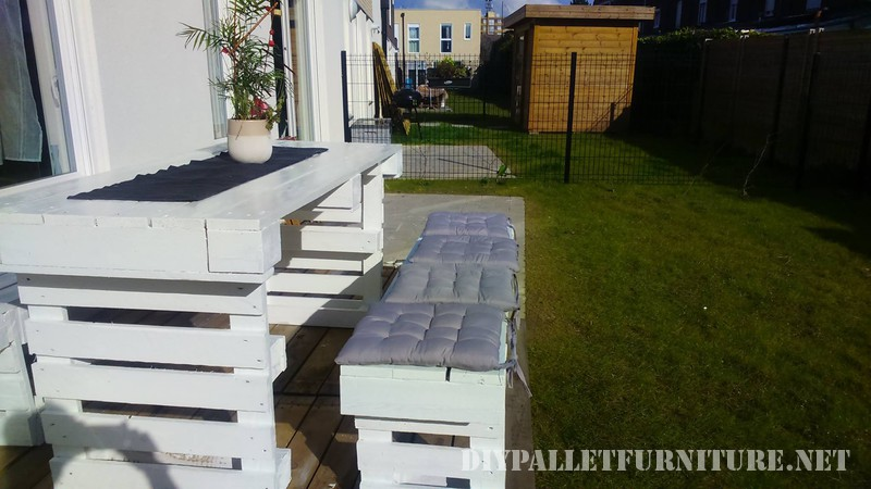 Bricolage avec palettes pour des bancs de jardin et une table 3