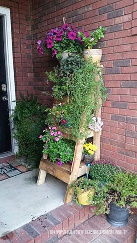 Escalier pour mettre les plantes à base de palettes 1