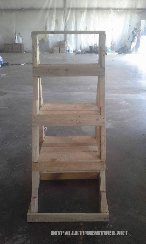 Escalier pour mettre les plantes à base de palettes 2