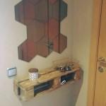 Etagères pour la salle faites avec des palettes