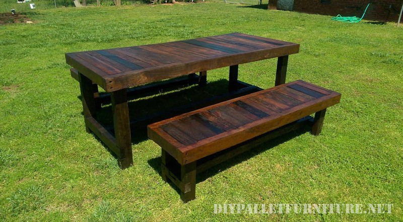 Table et bancs avec une grande finition 2