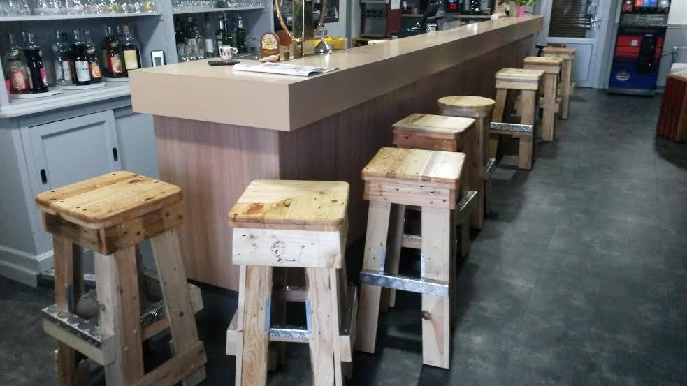 tabouret de bar en bois de palette. Black Bedroom Furniture Sets. Home Design Ideas