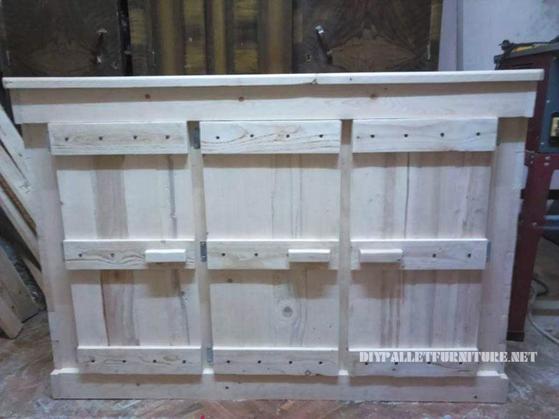 Petit palettes armoire avec une porte triplemeuble en for Puertas de palets