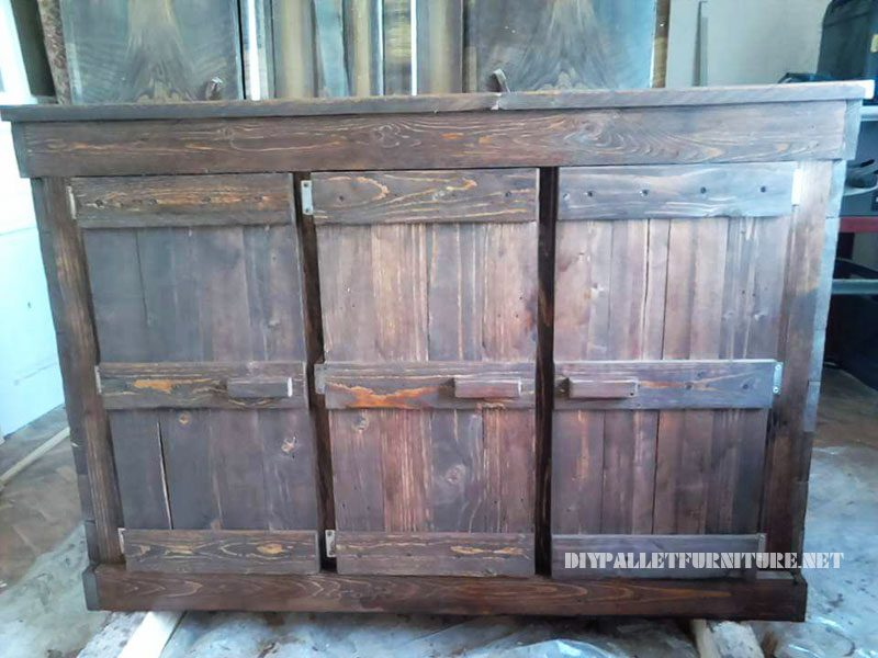 petit palettes armoire avec une porte triple 4meuble en palette meuble en palette. Black Bedroom Furniture Sets. Home Design Ideas