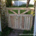 Porte d'une enceinte pour le jardin fait avec palettes