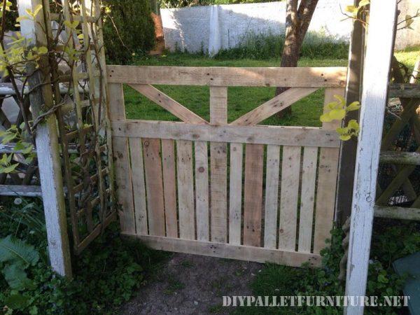 Porte d'une enceinte pour le jardin fait avec palettes 3