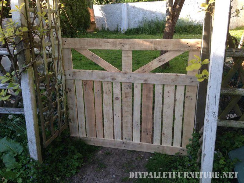 Porte d une enceinte pour le jardin fait avec palettes for Como hacer una puerta de madera para jardin