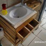 Salle de bains équipée de boîtes de fruits
