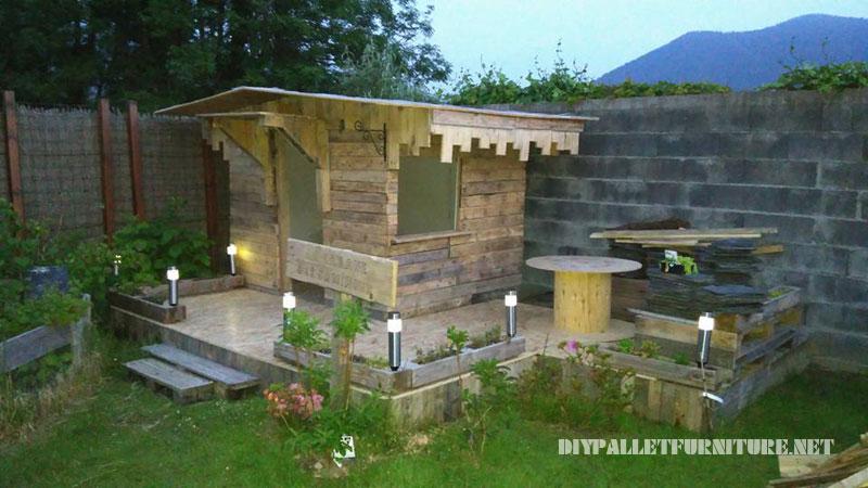 Maison pour les enfants construite avec des palettes planches 2