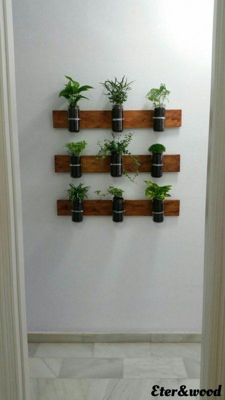 Planteur vertical avec palettes planches et bocaux en verre 2