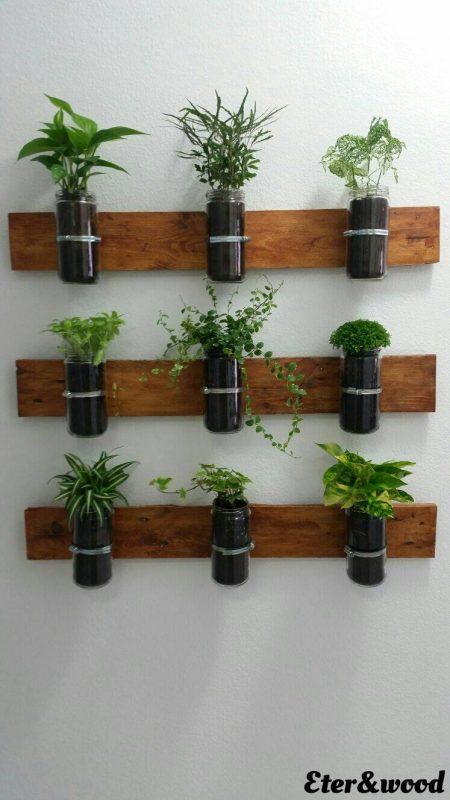 Planteur vertical avec palettes planches et bocaux en verre 3