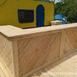 Bar-terrasse construite avec des palettes