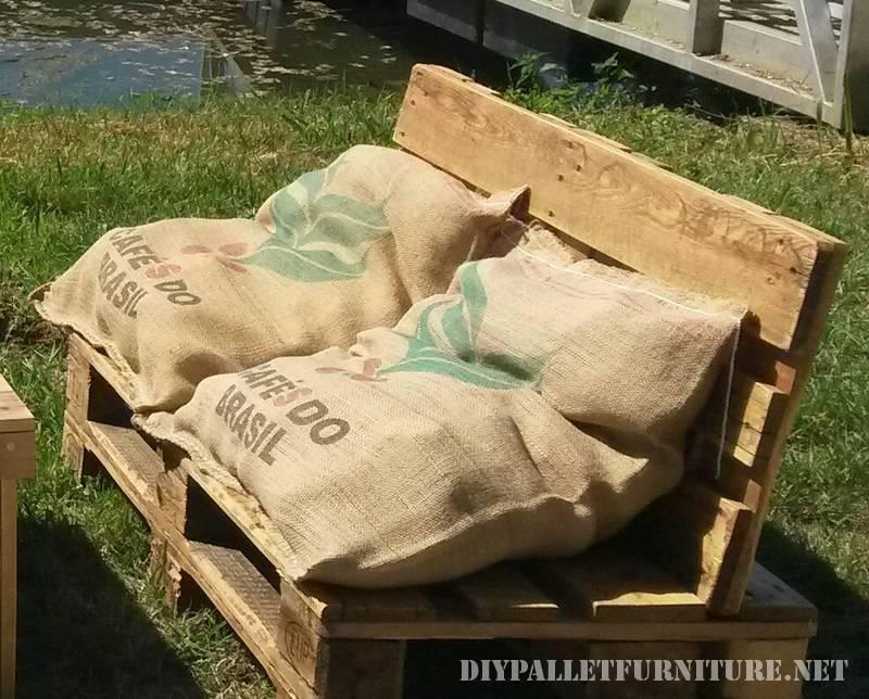 Canapés en plein air avec des palettes et des sacs 1