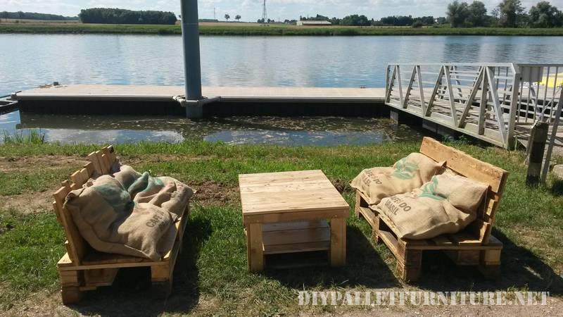 Canapés en plein air avec des palettes et des sacs 2