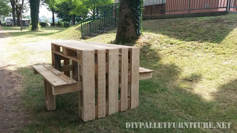 Table de pique-nique avec des tabourets construit en utilisant des palettes 1
