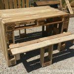 Table de pique-nique avec des tabourets construit en utilisant des palettes