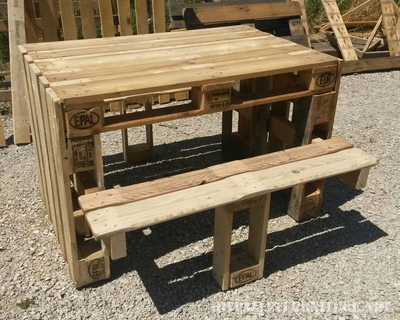 Table de pique nique avec des tabourets construit en - Construire une table avec des palettes ...
