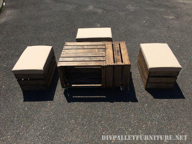 Table et tabourets avec des boîtes de fruits 1