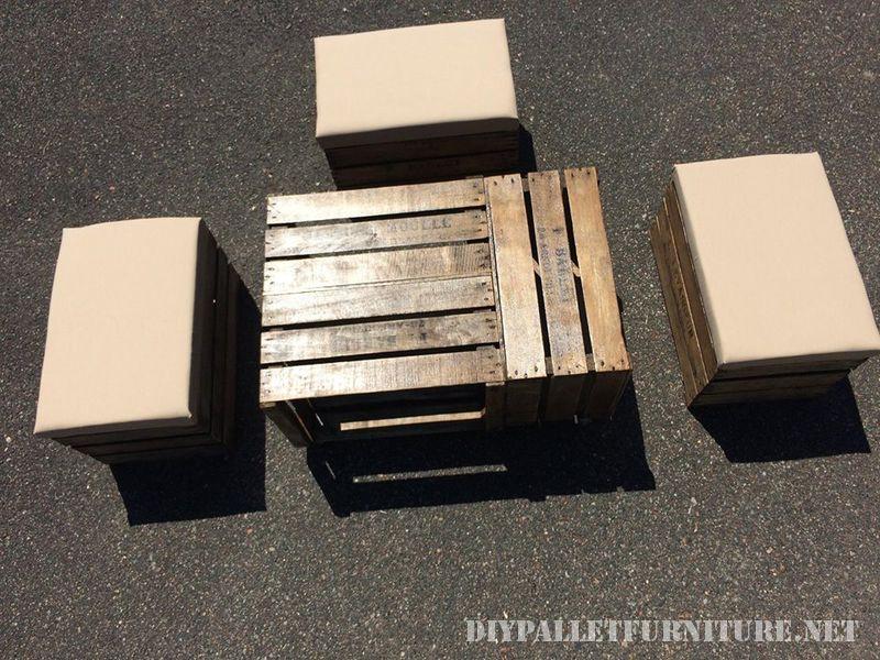 Table et tabourets avec des boîtes de fruits 2
