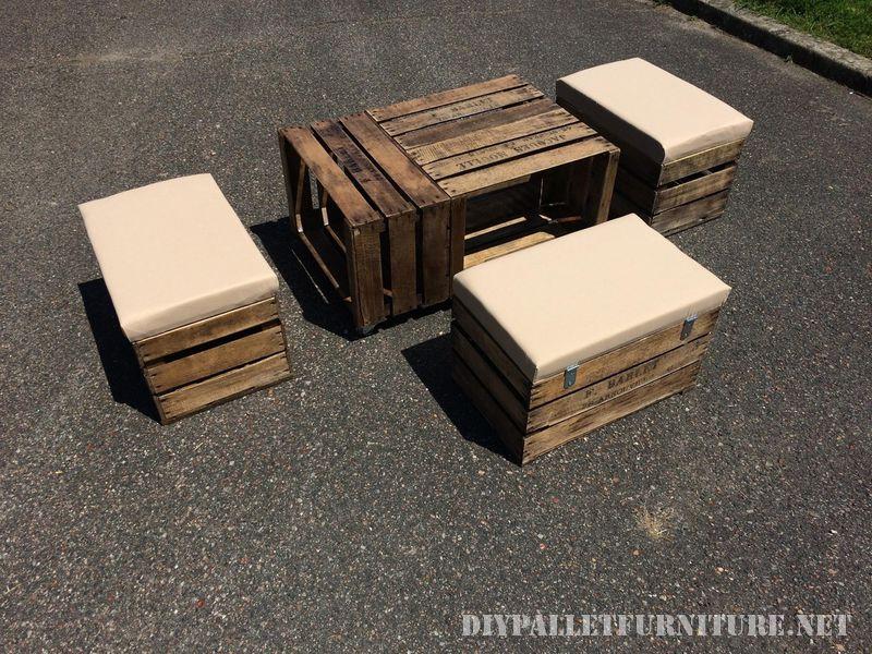 Table et tabourets avec des boîtes de fruits 3