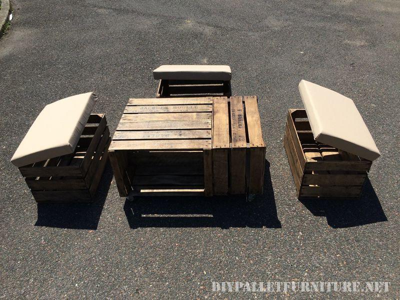 Table et tabourets avec des boîtes de fruits 5