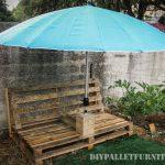 Chaise d'extérieur avec un parasol