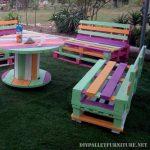 mobilier coloré pour le jardin avec des palettes
