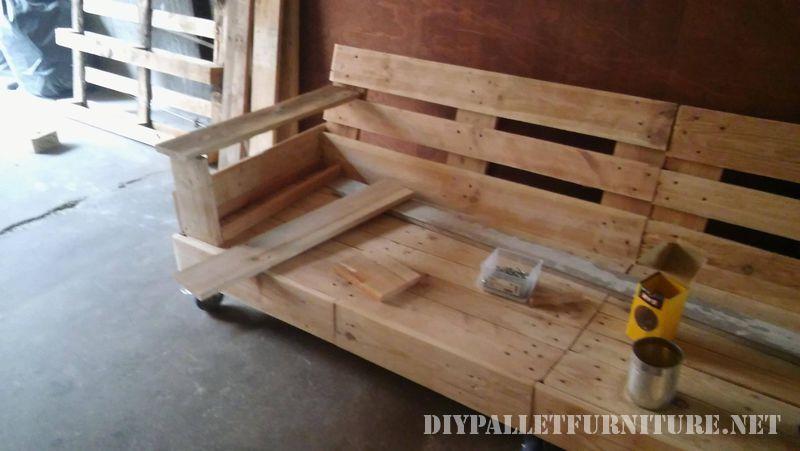 canape-interessant-construit-avec-palettes-4