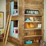 Lits superposés et bibliothèque bois récupéré