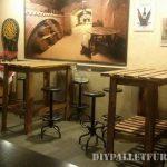 Tables hautes de bar faites avec des palettes
