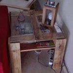 Table d'appoint pour le canapé avec des palettes