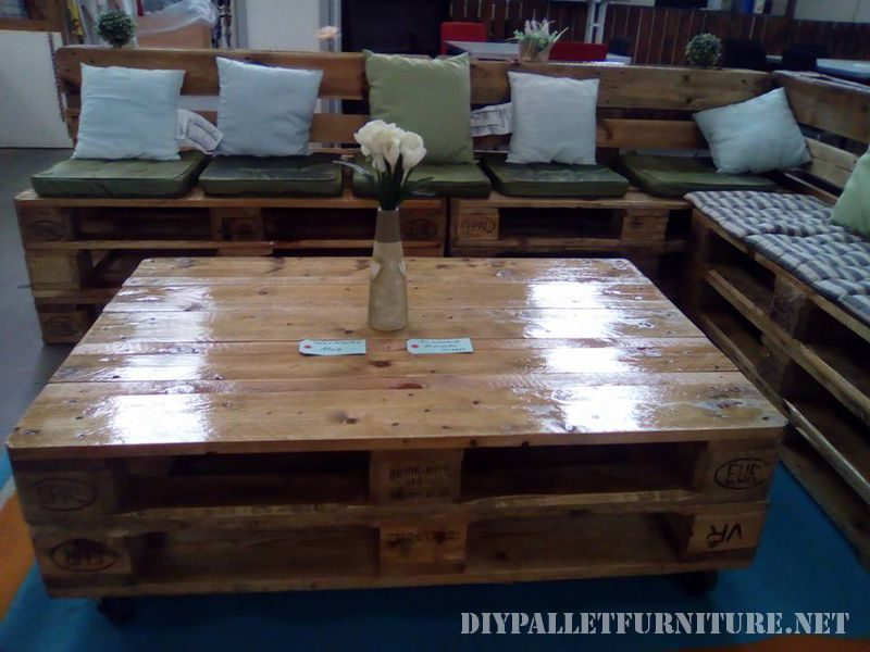 Canape salon table faite avec palettes 2meuble en palette - Table salon palette ...