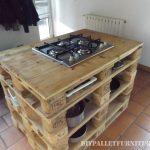 Comptoir de cuisine avec un poêle en palettes