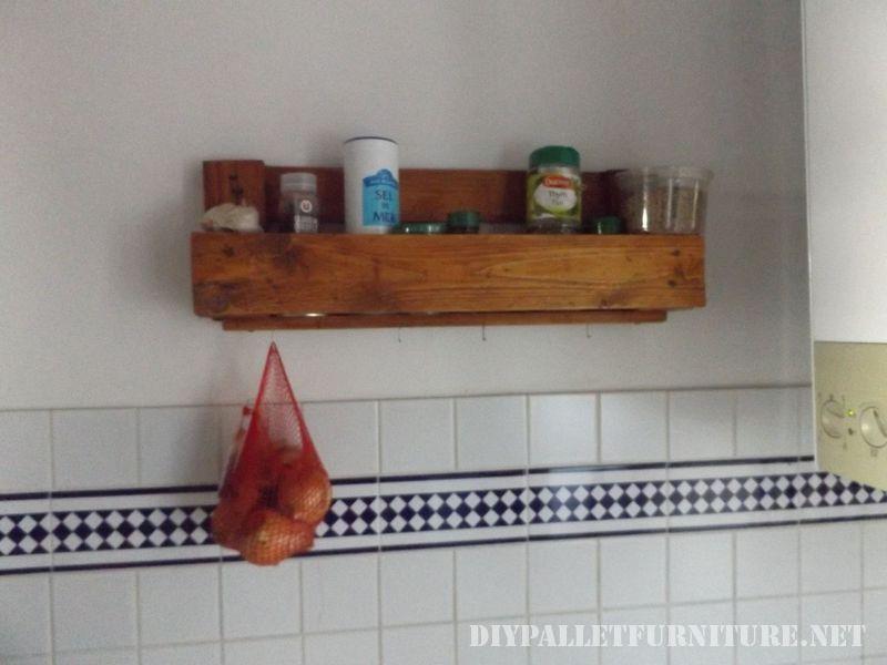 comptoir-de-cuisine-avec-un-poele-en-palettes-3