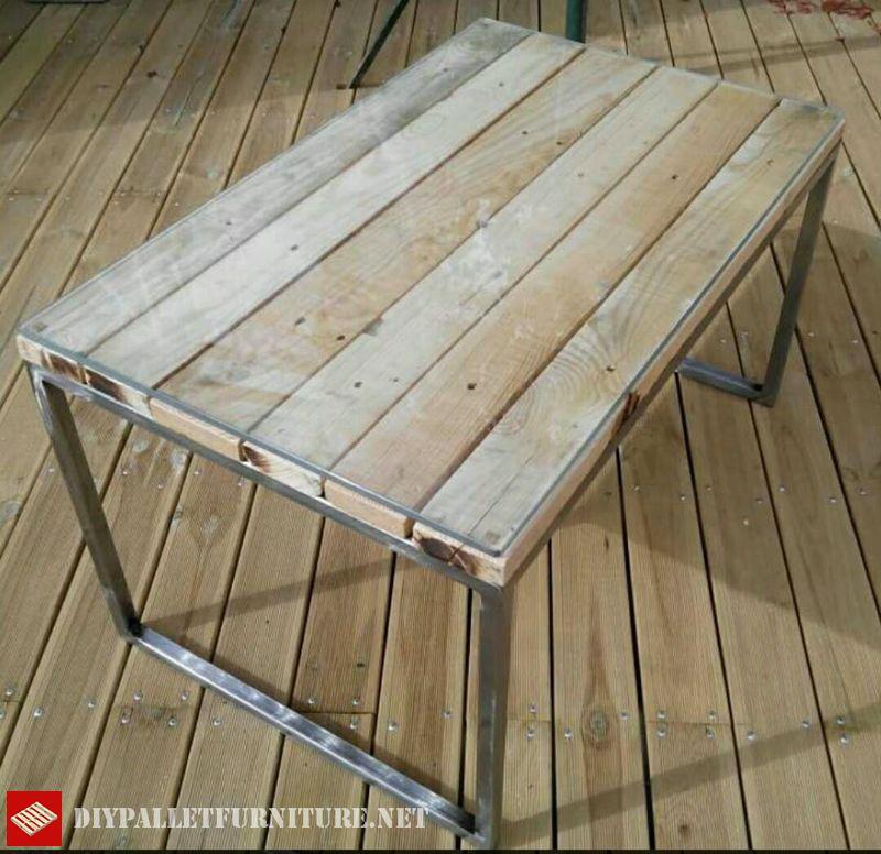 table-avec-structure-en-acier-et-palettes-1