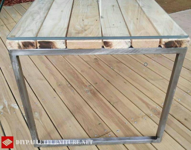 table-avec-structure-en-acier-et-palettes-2