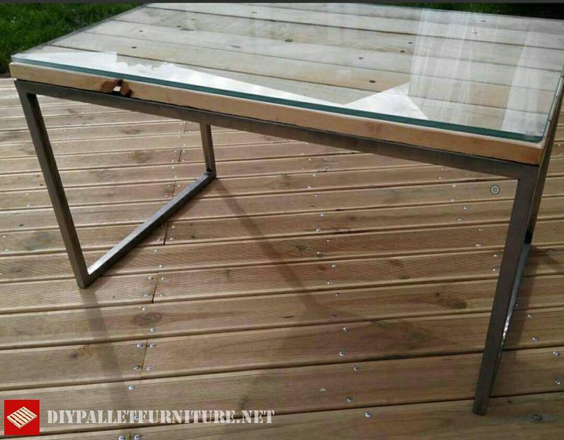 table-avec-structure-en-acier-et-palettes-3