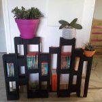 Petite étagère de livres avec palettes