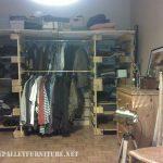 Vêtements organisateur fait avec palettes