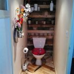 Petite salle de bain bordée de palettes