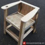 Chaise avec porte-gobelets faite avec des palettes