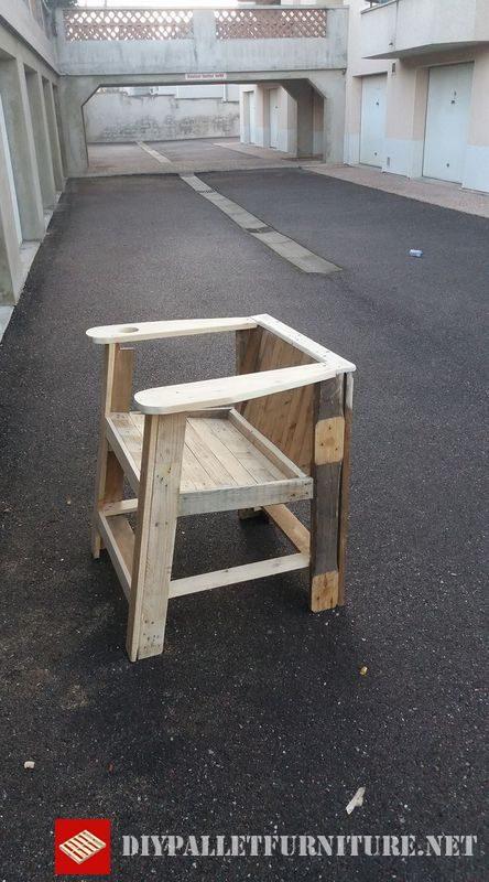 Chaise avec porte gobelets faite avec des palettes 4meuble for Meuble porte gobelet